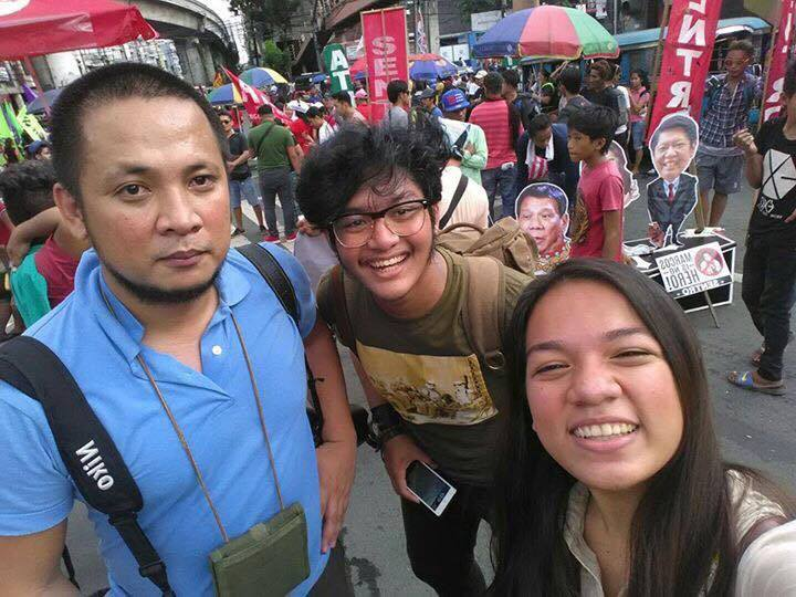 Noel Celis (left) poses for a selfie with photojournalism students of UP Diliman during a protest rally coverage in Mendiola, Manila. (Photo by Chin Samson)