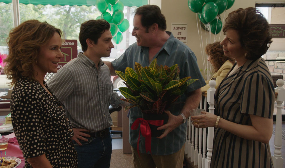 """On """"Red Oaks"""" with Jennifer Grey, Craig Roberts, and Richard Kind"""