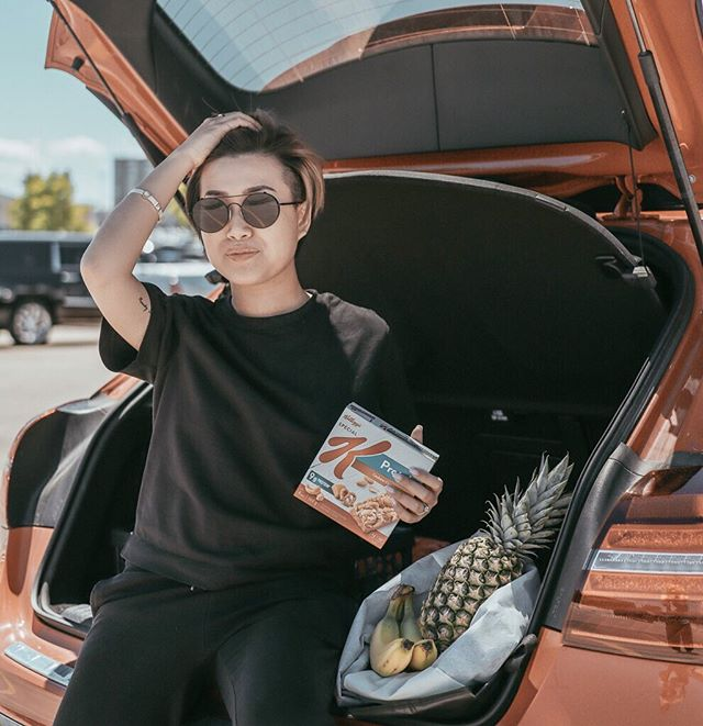 "#Ad When I am not busy with client meetings and creating content, I love to make sure my days are productive. @specialK_ca Protein bars are my favourite snack to help keep my days going, even when I am ""off-duty"" and running errands.  I always carry these yummy bars with me. My favourite flavour is @specialK_ca Protein CASHEW CARAMEL PRETZEL.  What about you? What kind of snacks do you often carry when you are on the go? #Ownit #SpecialK_Partner . . . . . . . ."