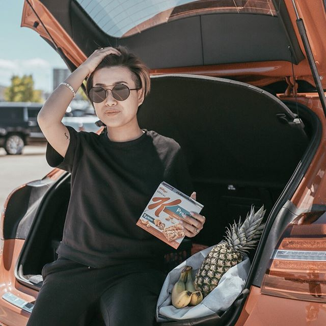 "#Ad When I am not busy with client meetings and creating content, I love to make sure my days are productive. @specialK_ca Protein bars are my favourite snack to help keep my days going, even when I am ""off-duty"" and running errands.  I always carry these yummy bars with me. My favourite flavour is @specialK_ca Protein CASHEW CARAMEL PRETZEL.  What about you? What kind of snacks do you often carry when you are on the go? #Ownit #SpecialK_Partner . . . . . . ."