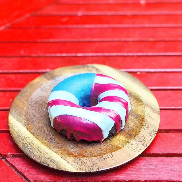 Independence ♥️💙🍩 #happy4th #winkdoughnuts  Last year I made these cute 😉🍩 to celebrate our liberty🗽 This year, I'm chillin' in celebration of freedom!   Enjoy your holiday & celebrating America's birthday! 🇺🇸  The PopUp shop is on vacation-ish, but we'll be back mid-July. Check out the new schedule, & stay tuned for July flavor of the month & super special things to come 😉 (July is my bday month... things are going to get a little EXTRA🤩)  ✌🏽♥️🍩- Maretta  #popup #popupshop #delicious #organic #doughnuts #thathappentobe #glutenfree #plantbased #dairyfree #eggfree #vegan #vegetarian #baked #donuts #supercute #seattle #local #original #womenownedbusiness #startup #bakery