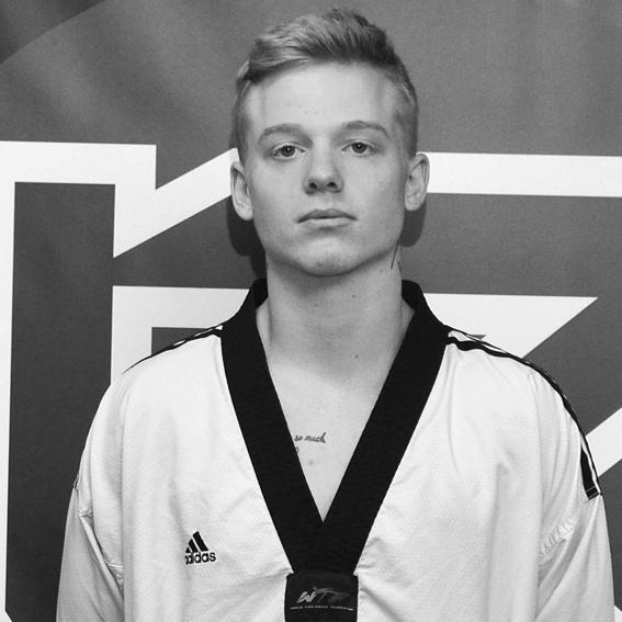 Fredrik Glimmark PT Personlig Tränare  Studerande Lic Taekwondo Coach STU Tränare Kamplaget Svart bälte 3 Dan Svensk Mästare kamp, Svenska Landslaget  HLR ABC Hjärt & Lungrädning