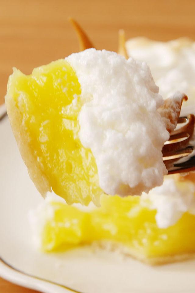 gallery-1489770039-delish-lemon-merinque-pie-pin-3.jpg