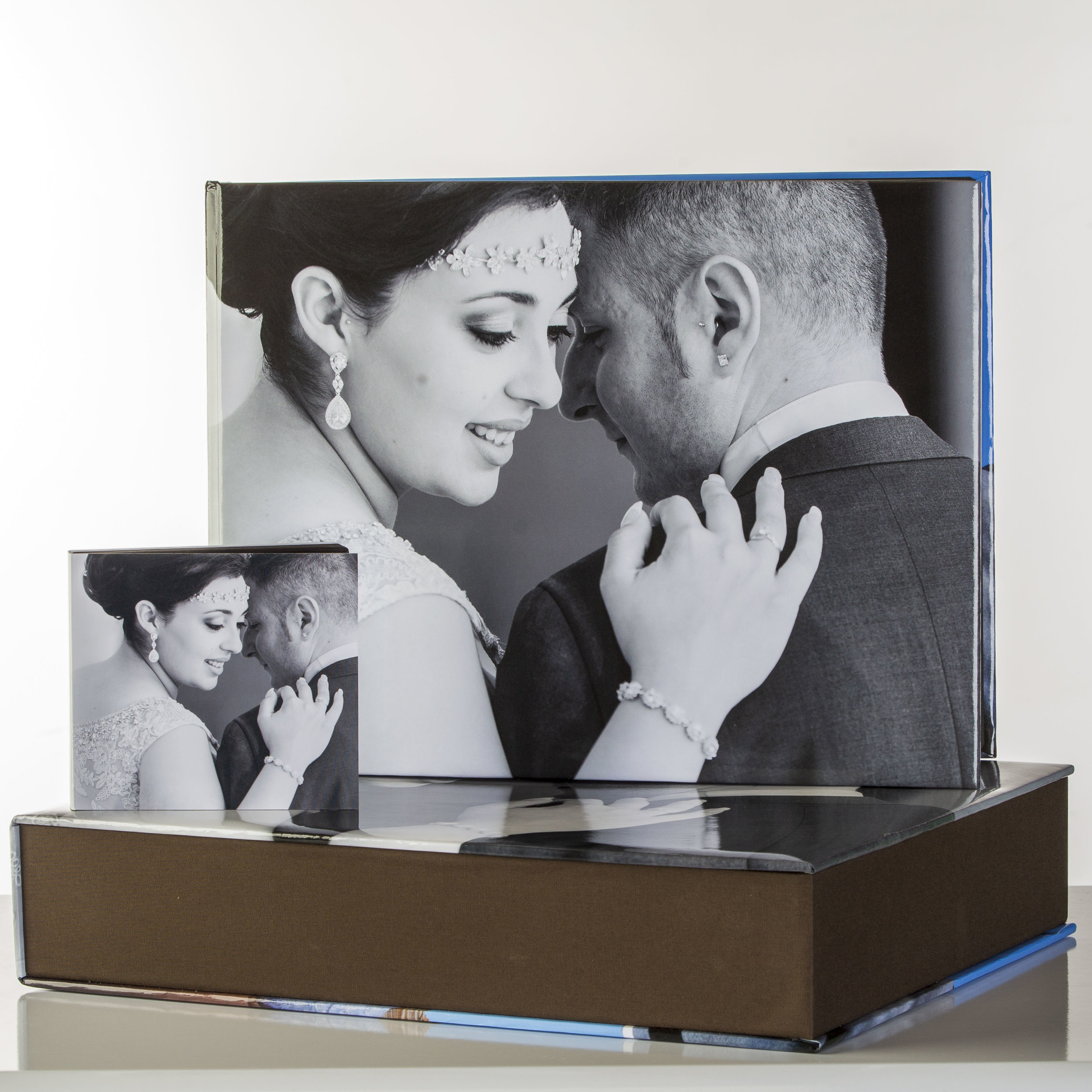 Wedding Book - Sizes:8x8, 10x10, 12x12, 12x16, 12x18Cover Materials:Leather, Acrylic, Image Wrap Around, Leatherette, and TextureOther Options:Personalised Box & USB Stick