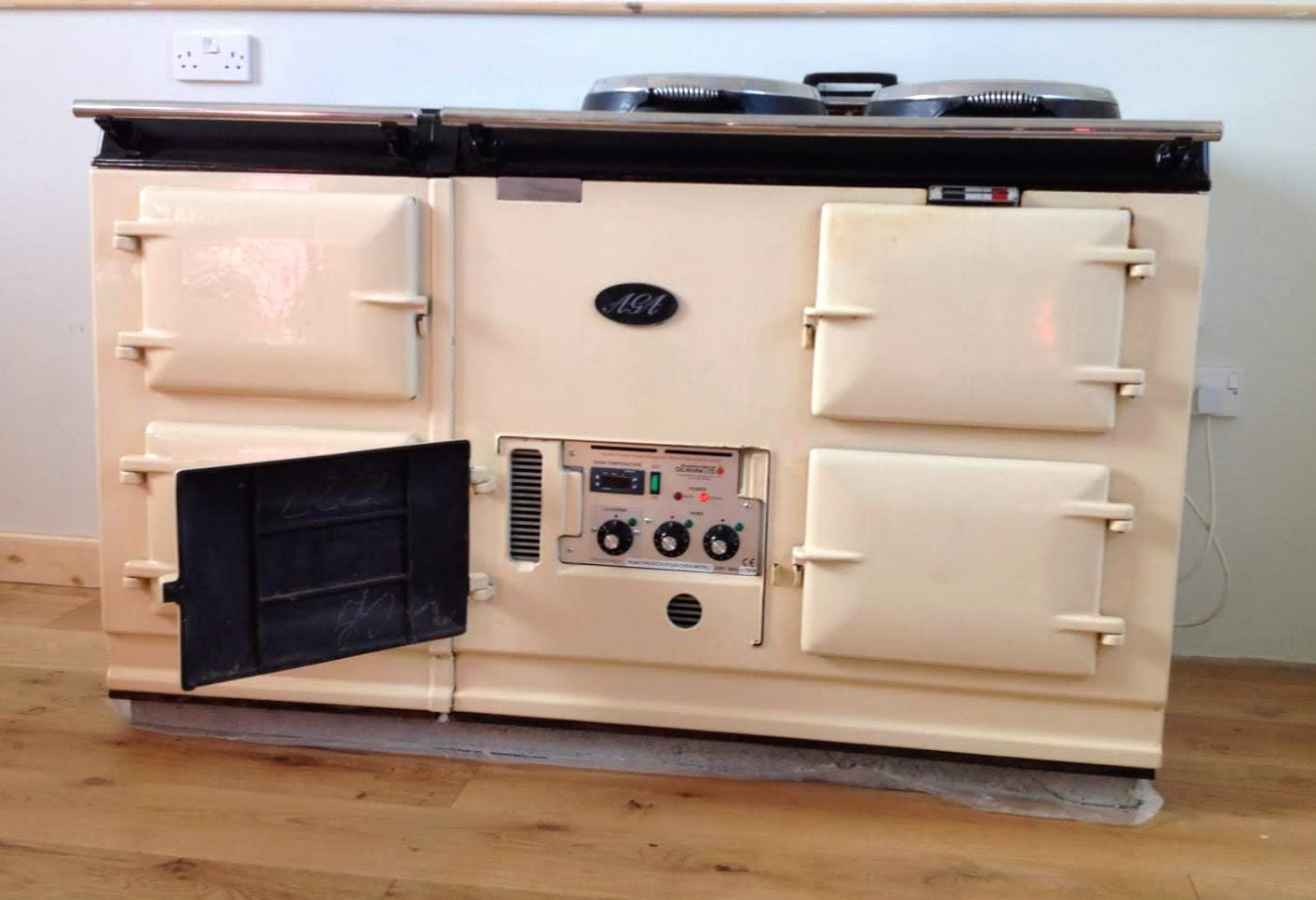 We recently completed the electric conversion of a beautiful classic white AGA. The AGA now has added versatility and greater all round efficiency with the modern and simple to use control panel.
