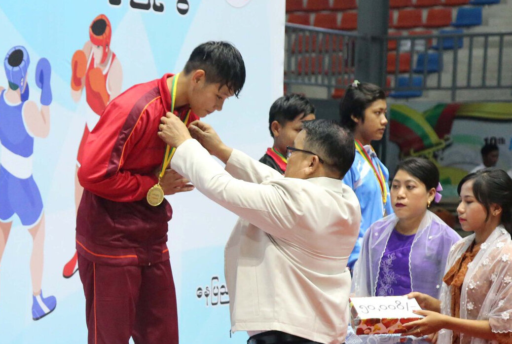 Kay Thwe Nyein receives her boxing gold medal.