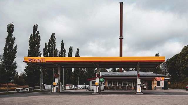 Still one of the most popular meeting points of Äänekoski. Local shell gas station. Usually backed up with people from close by construction sites and regulars, who drink morning coffee, eat lunch and stop by while driving by.  #Äänekoski #shell #Finland #suomi #gasstation #photography #valokuvaus