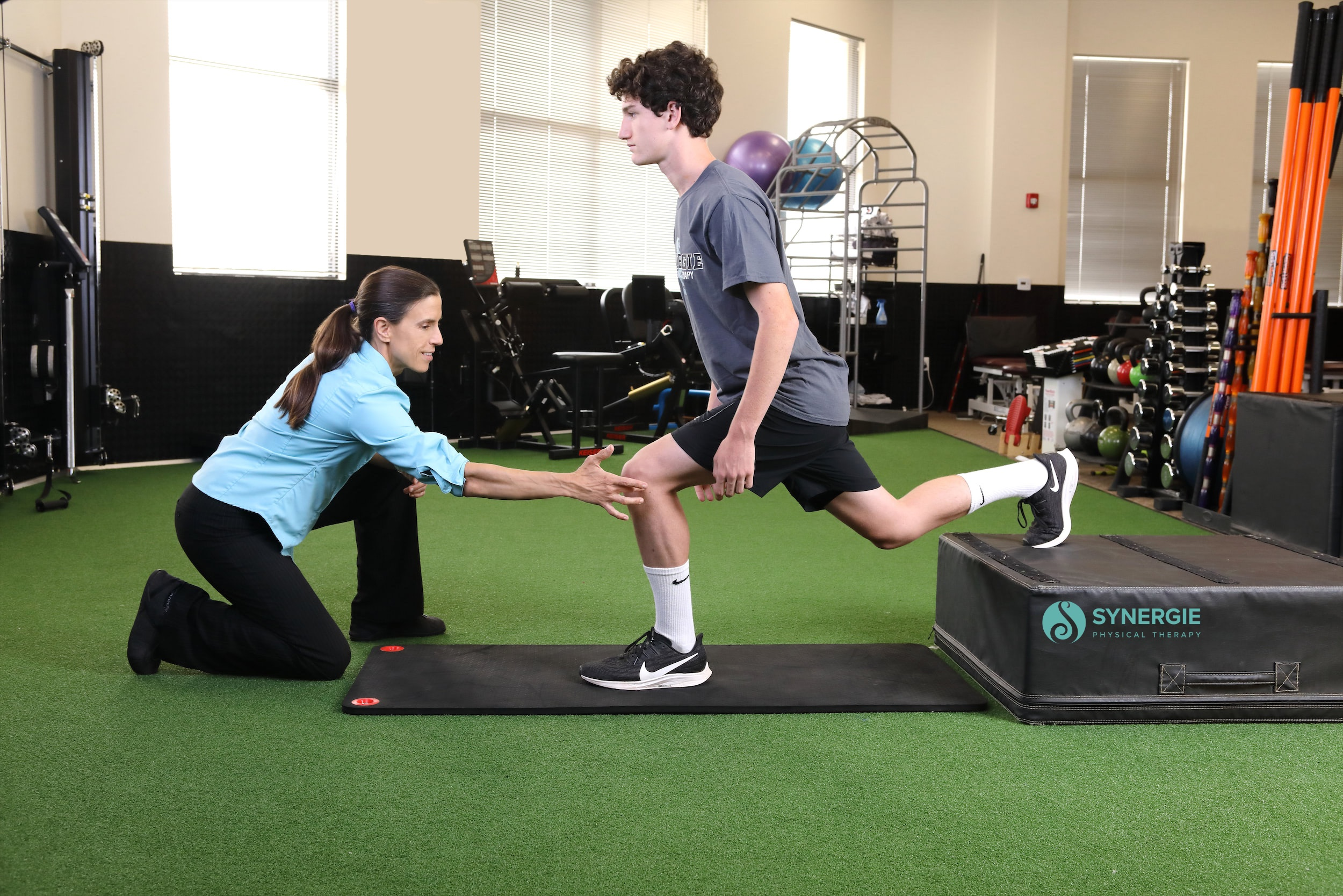 Dr. Julie Guthrie, Director of SynergiePT, working with a runner.