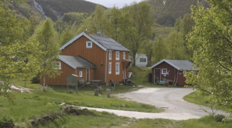 Kjellingstraumen Fjordcamp - Idyllisk beliggende ved malstrømmen Kjellingstraumen og lett tilgjengelig ved Kystriksveien. Tilbyr overnatting i 4 hytter, teltplasser eller parkering for bobil eller campingvogn.