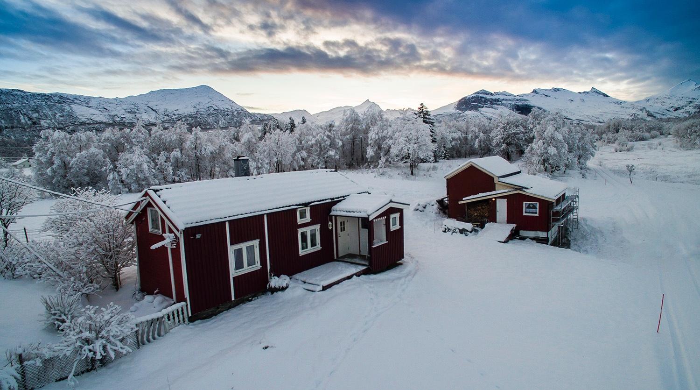 Jerngryta - Sørfinnset - Overnatting i tradisjonelt nordlandshus for inntil 4 personer.Mulighet for arrangement for inntil 20 personer i Galleri Fjøsen. Jerngryta tilbyr også hjemmebakst etter tradisjonelle og lokale oppskrifter.
