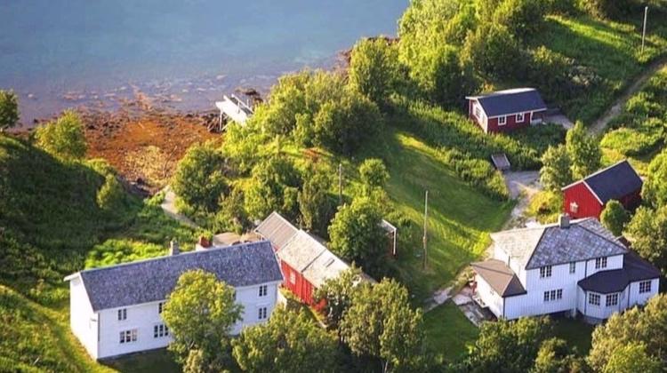 Krokholmen Rorbuer - Krokholmen - På en egen øy rett ved Sør-Arnøy finner du denne perlen. Egen gjestehavn for småbåter, overnatting for 15 personer og arrangement for inntil 50 personer.