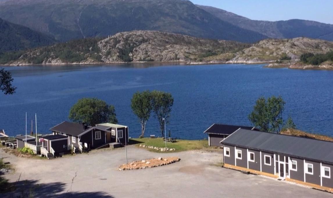 Polar Spot Camp - Kjøpstad - På Kjøpstad rett ved Kystriksveien finner du dette nyrenoverte tilbudet. I tillegg til overnatting er det åpen restaurant og utleie av båt.