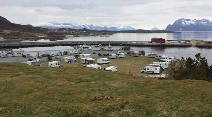 Camping Våg - Sandhornøy - Rett ved butikken og hurtigbåtkaien på Våg på Sandhornøy finner du oppstilling for bobiler og campingvogn.