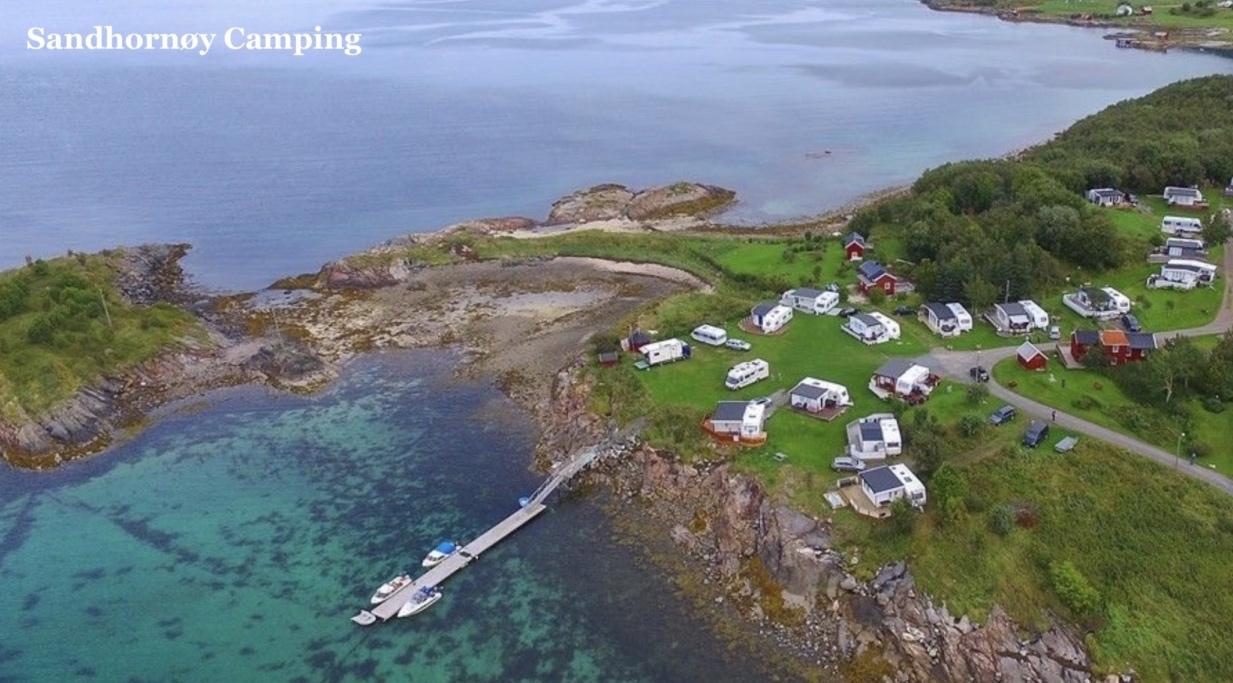 Sandhornøy Camping - Beliggende vakkert til på Hustad er dette et godt utgangspunkt for å nyte sjølivet og midnattsola. Kort vei til fjellterreng. Har 5 oppstillingsplasser for bobil, campingvogn samt 1 hytte for utleie.