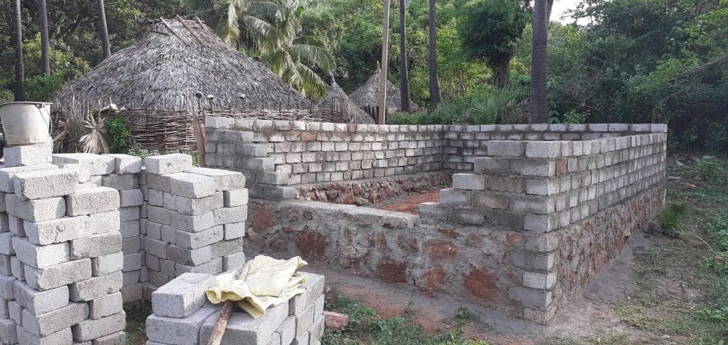 Pediipalem_church_construction_hut_in_background_5_layers_brick_GOOD.jpg