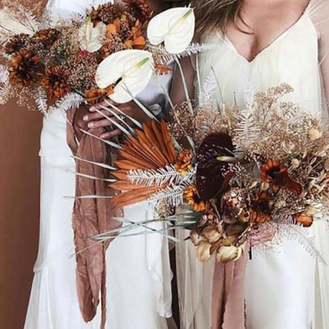 I spy (almost) every 2020 floral trend in this picture! Read all about upcoming floral trends and our personal favorite too! • • • • #weddingseason #floraltrends2020 #weddingfloraltrends2020 #weddingbouquets #bohowedding #midwestweddingblog #iowaweddingblog #weddingblogdesmoines #bridetobe #sayido #weddingplanning