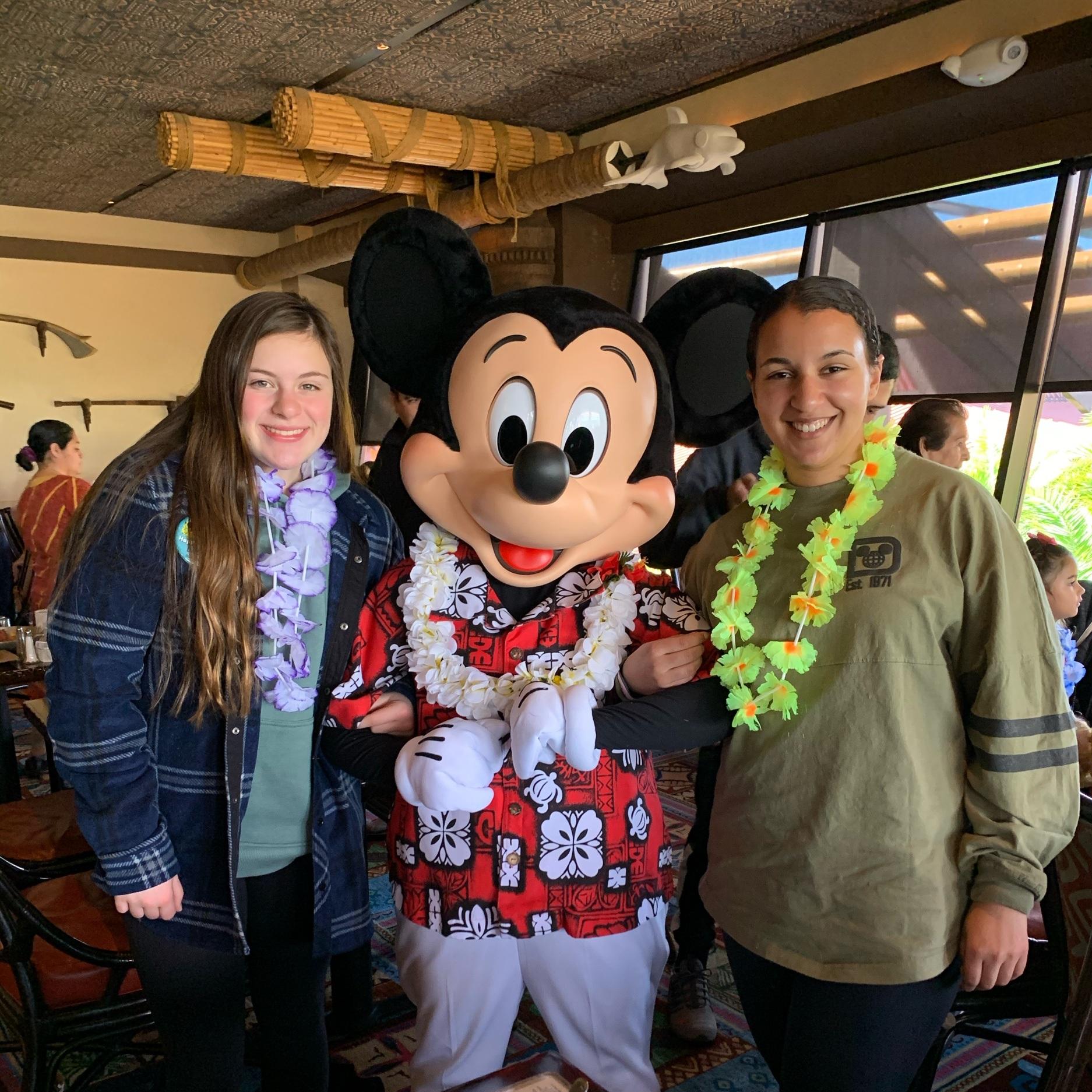Meeting Mickey Mouse at 'Ohana! ('Ohana Best Friends Breakfast)