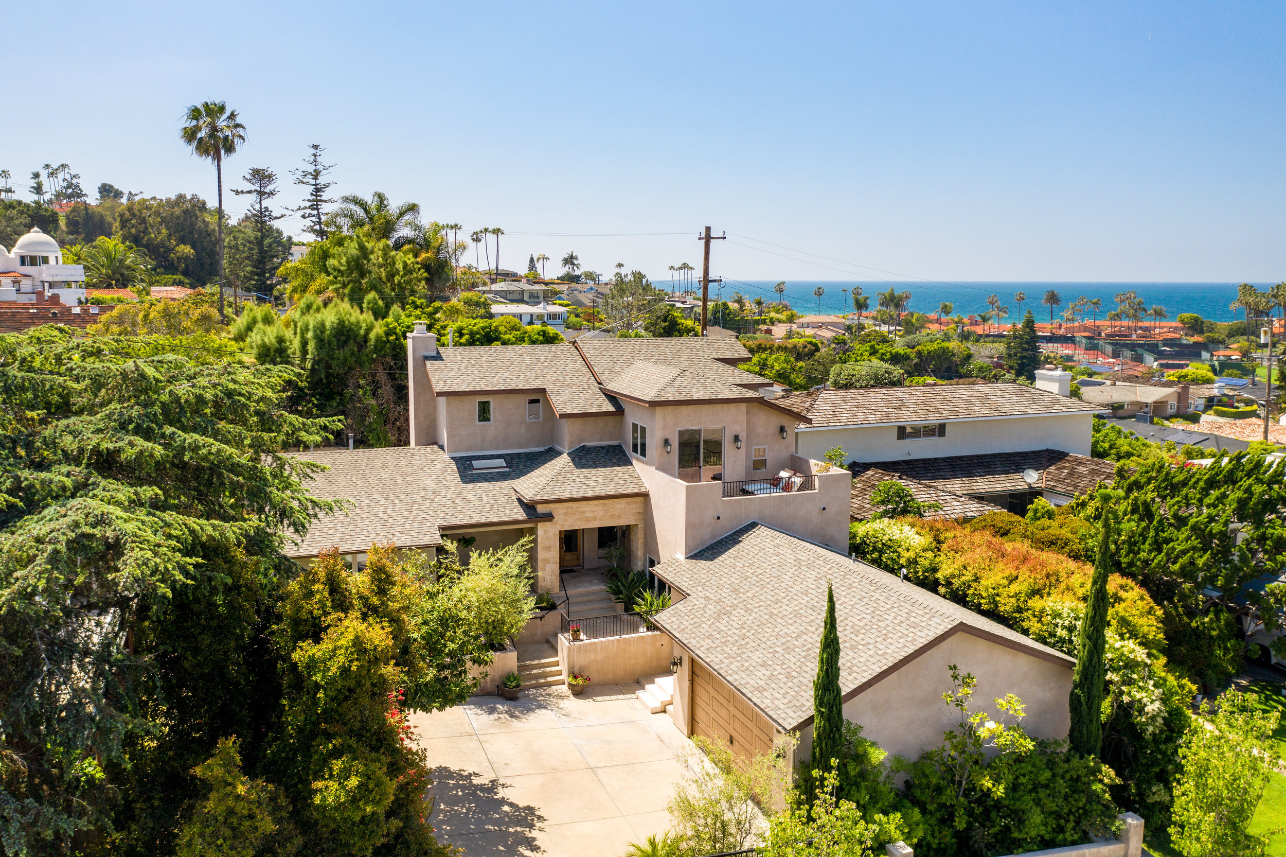7912 Calle De La Plata - Opportunity knocks in La Jolla Shores,Listed $651K below US Bank appraisal (paperwork upon request).$910 price per SqFt (Home next door sold for over $1,113 price per SqFt)Ocean view Mediterranean estateCompletely remodeled in 2010Kitchen updated in 2018Situated in one of the most desirable addresses in La Jolla Shores. The estate boasts 4 tastefully designed bedrooms, an office and 4 full bathrooms. Design details include high ceilings, wrought iron, floor to ceiling windows, travertine and hardwood floors. The large master suite includes two walk in closets with an air tub. Ocean, sunset and beach club views, this turn-key home, two blocks from the beach, shops and restaurants is an opportunity that rarely comes along.