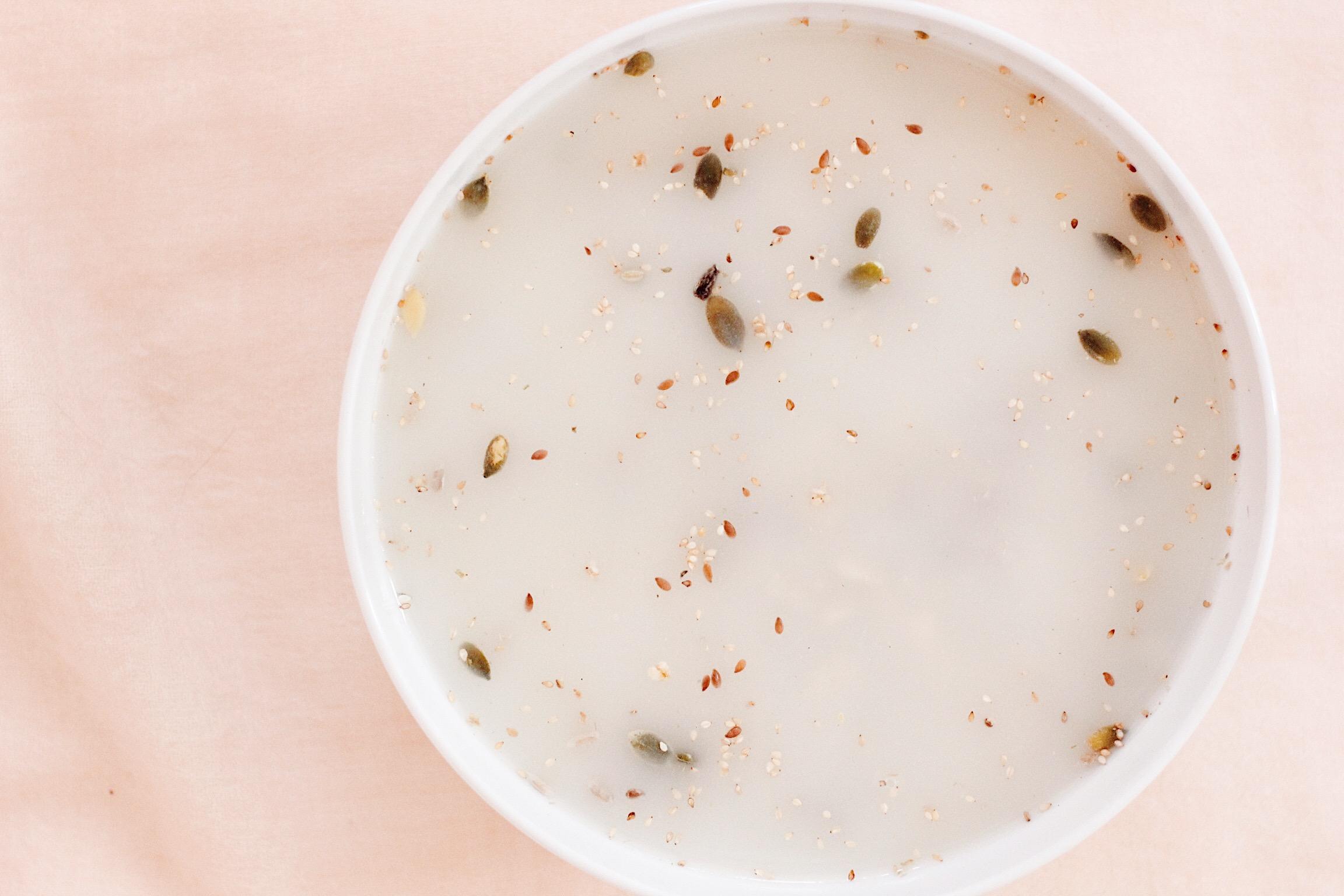 Bløtlagte frø. Sil og tilsett 2-3 dl vann og 3 ss LSM (eller mandelmelk, knuste linfrø)