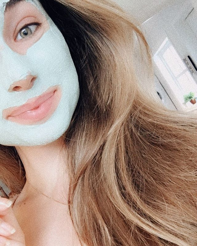 Tips 2 to get centered ✨ Spend 10 minutes in the bathroom to take care of your skin. For me this is a friendly reminder to take deep breaths aswell. Lit a scented candle, or use a diffuser to set the mood😎 For the skin routine : 1. Cleanse 2. Peel 3. Apply serum or ampoule 4. Apply an overnight mask. Be mindful when you do this! Really smell the good scents in the products, or maybe you have a scented candle going on ✨🙏🏼 Go to bed feeling fresh. See next photo for tips 3. 💛