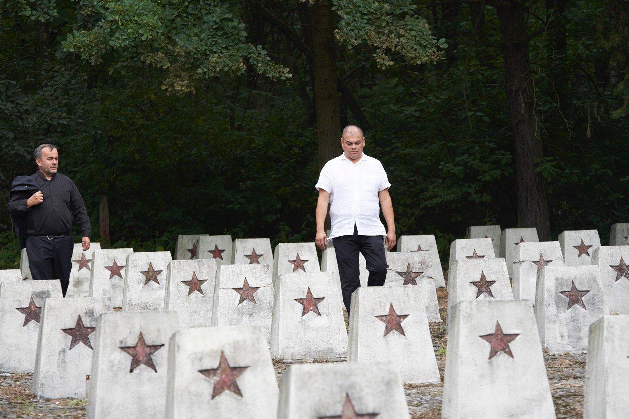 YIU President Patrick Desbois and Director Marco Gonzalez visit the graves of Soviet POWs in Piotrków Trybunalski, Poland.jpg