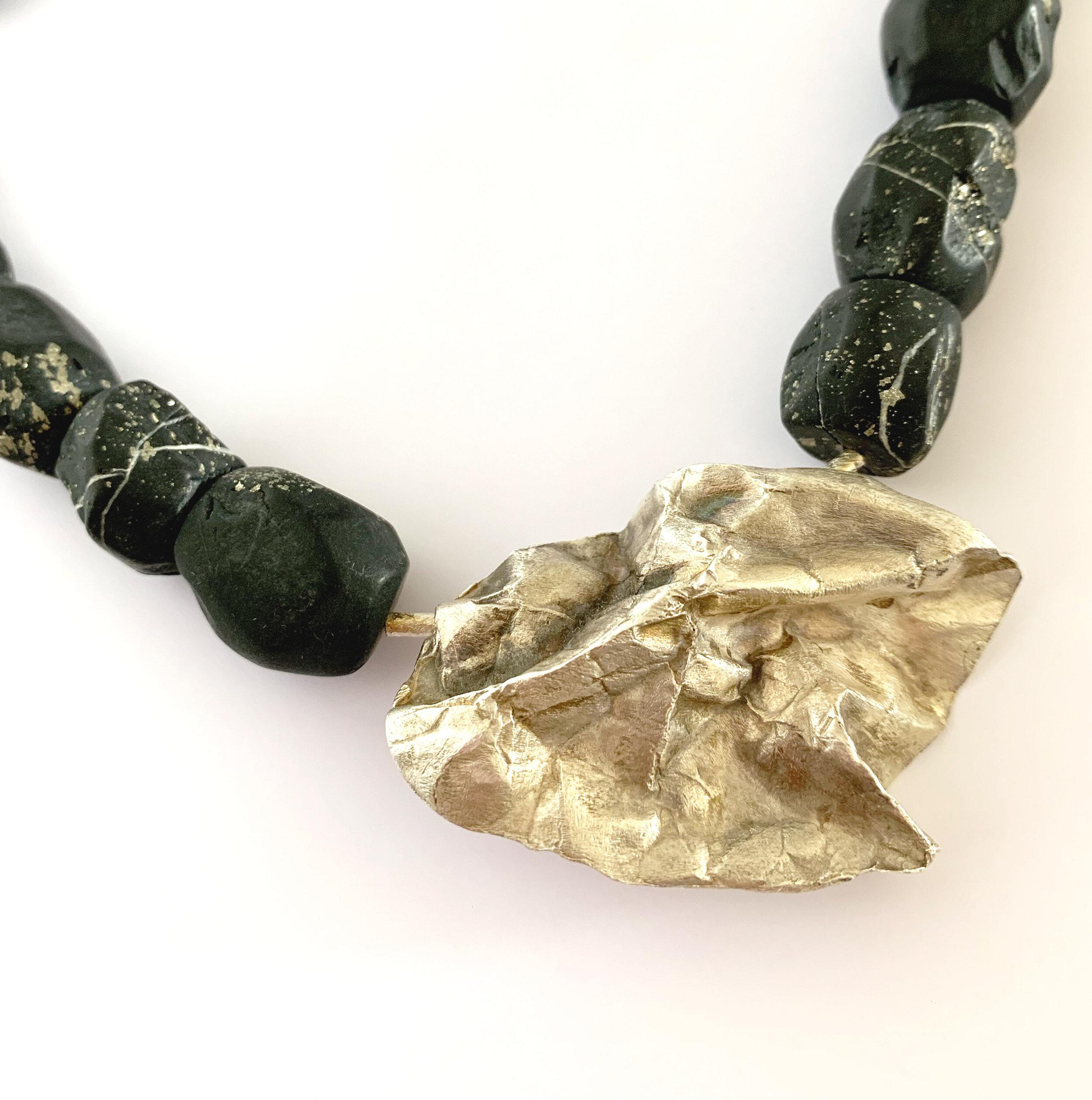 - Collier 2:Onyx mit Pyrit und handgearbeiteter Anhänger in Feinsilber.Hier anfragen.