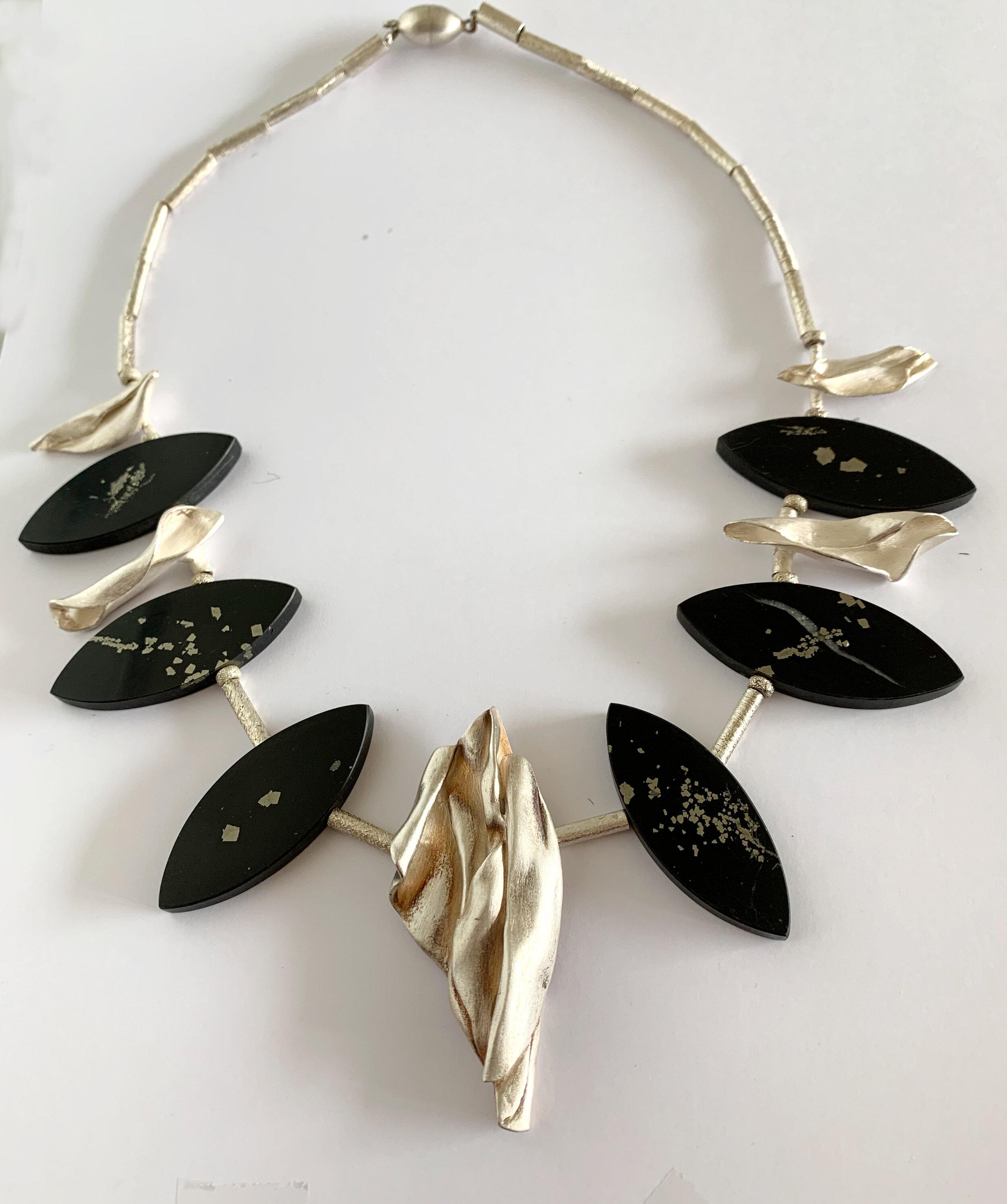 - Collier 3:Onyx mit Pyrit und fünf handgearbeitete Zwischenteile in Feinsilber. Die Navetten sind mit 925er Silberröhrchen verbunden.Hier anfragen.