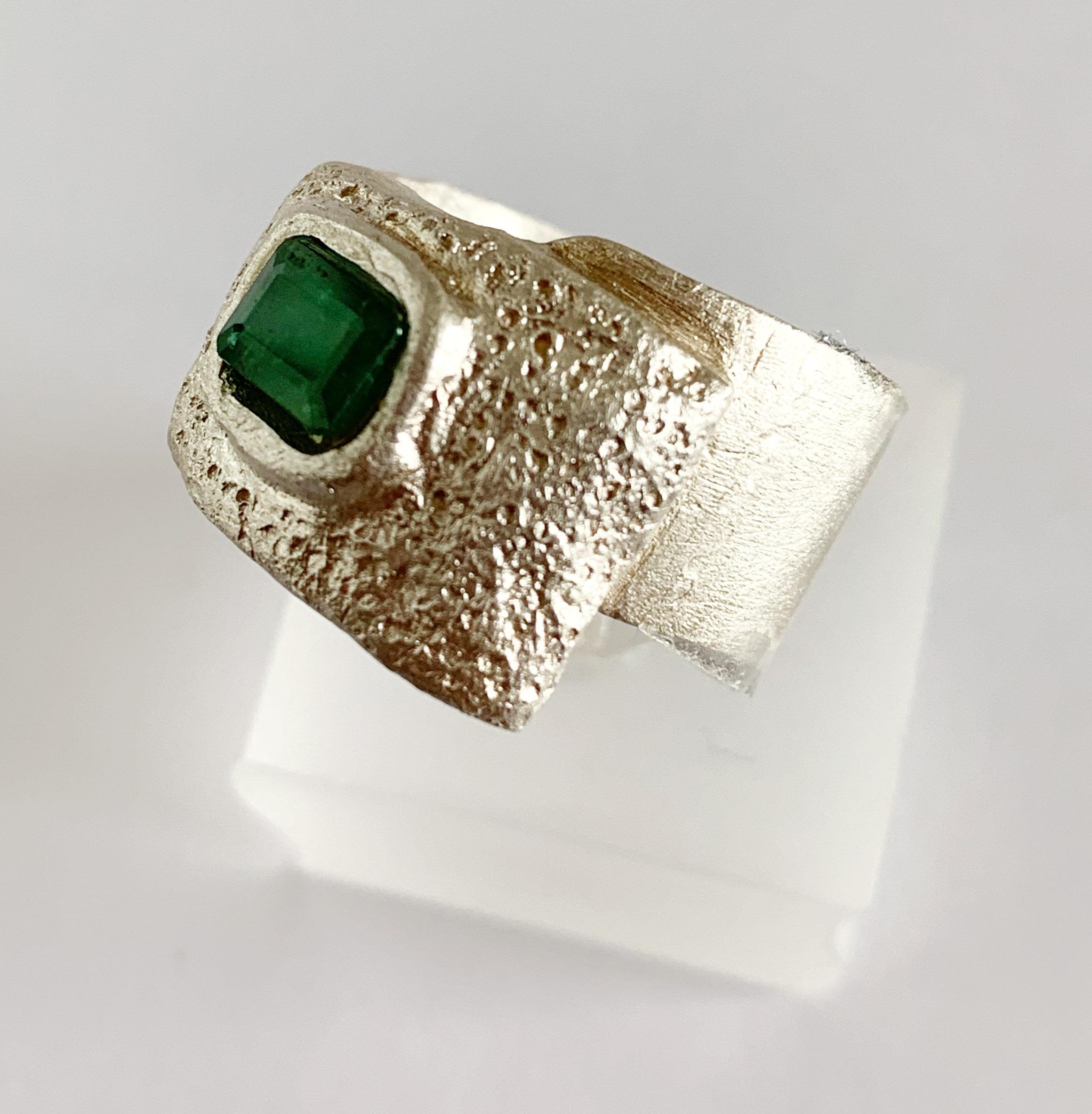 - Ring 2:Feinsilber mit Smaragd.Hier anfragen.