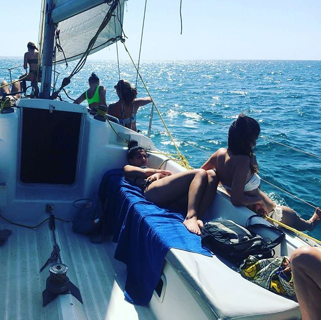 Sit back & relax on Planet Sea Yacht... experience magnificent views of the Sal coastline with a chance to see some ocean life 🐬🐠⛵️👌🇨🇻 #halfdaysailing #planetsea #instayacht #atlanticocean #sealife #sailingcapeverde #relax #openbar #canapes #sal #capeverde #sailing #bestcrew #salsailingschool #bestdayofyourholidays #bluesea #beautifulviews