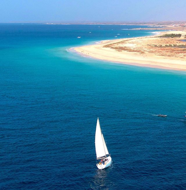 Planet Sea cruising the Sal Coast 🇨🇻 #salsailingschool #gibsea334 #planetsea #sailing #sal #bestsailing #sailingcapeverde #bluesea #halfdaysailing #amazingviews #beautiful #atlanticocean #waves #caboverde #holidays #instayacht #instasail #holiday #sand #freedom #sailingyacht  #bestcrew