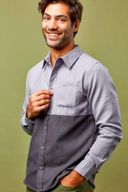 man wearing two-toned button-down shirt