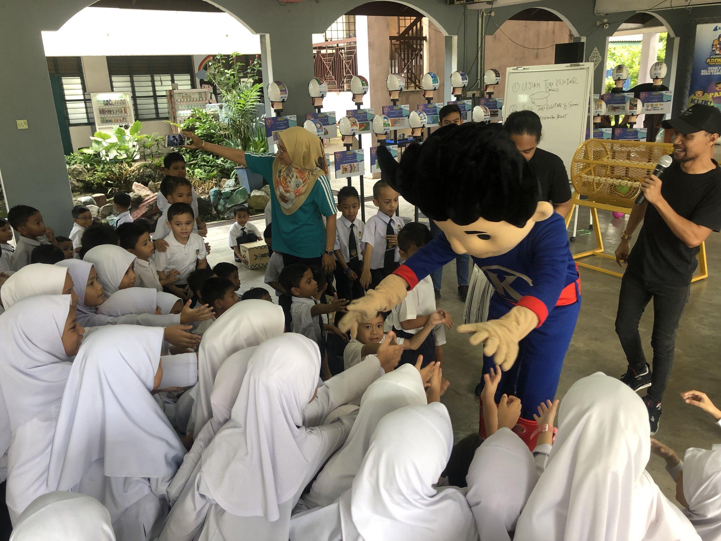 Kurnia-mascot-with-students