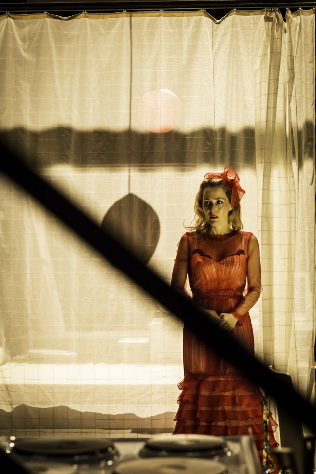 11-Gillian-Anderson-as-Blanche-DuBois-in-A-Streetcar-Named-Desire-at-the-Young-Vic-Photo-by-Johan-Persson04567-e1409564924898.jpg
