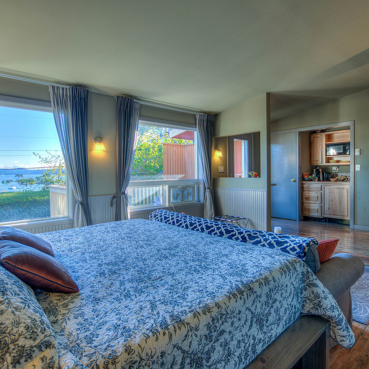 spruce suite - King Suite with Private Deck and Kitchenette