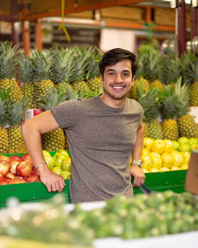 ¡MERCADOS LOCALES! 🍐🍎🍍🍏 La fuerza de la modernidad está haciendo que muchos de estos mercados vayan desapareciendo, especialmente en ciudades grandes. Solo porque nos hace la vida más fácil, muchos preferimos comprar las frutas y verduras en un supermercado regular. ¿No les parece que los vegetales y frutas de las grandes cadenas duran muchísimos en nuestras neveras? 🤔 ¿Que te parece si los apoyamos más seguido? Nos apoyamos todos y apoyamos al medio ambiente. En latino america si que tenemos un postgrado en mercados locales 😂 . . . . . #frutas #venezuela #green #organic #food #receta #cocinaheredada #kingsamchang #mastercheflatino #masterchef #yellowgreenfarmersmarket #farmersmarket #localmarket #chef #cheflife #pineapple #piña #manzana #apple