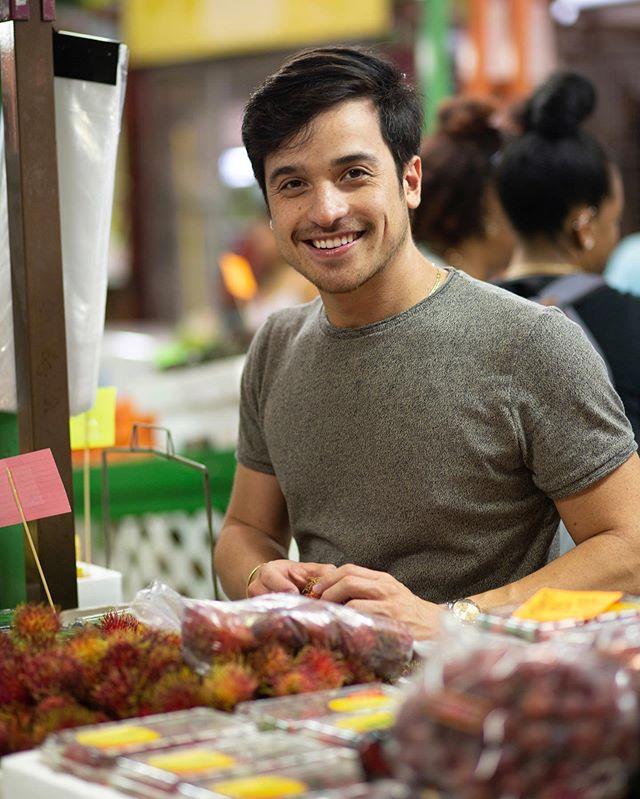"""¡RAMBUTÁN! 🤤 En mi paso por los mercados locales encuentras frutas y """"superfruta"""" como está no tan local 🤷🏻♂️😂. El rambután tiene un sabor fresco, jugoso, un poco ácido con un dulzor parecido a la pulpa de la uva. El aspecto exterior no es tan provocativo para la vistas de nosotros los latinos pero no podemos negar que físicamente es increíble 😍. Algunas personas le dicen que es el mamon chino ya que es originario del Sudeste asiático. Entre sus beneficios más importantes se conoce su gran cantidad de hierro, calcio, fósforo, vitamina C y muchísimos antioxidantes. ¿Ya saben porque los chinos nos mantenemos tan jóvenes no? 😂😂 Claro además de que tomamos mucho té durante todo el día. . . . . . . #rambutan #mamonchino #fruta #fruit #superfruta #sudesteasiatico #china #venezuela #miami #barquisimeto #kingsamchang #masterchef #mastercheflatino #cocinaheredada #tradicionheredada #chef #lifestyle #cheflife #market #farmersmarket"""