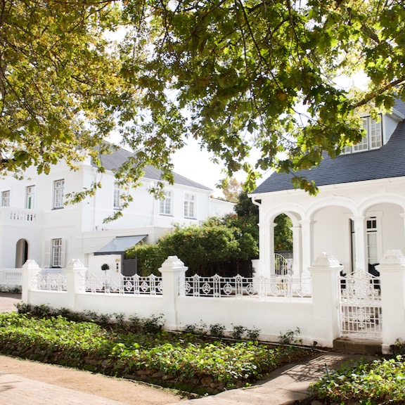 River ManorSmall Hotel - Central Stellenbosch - A little oasis in the very heart of historic Stellenbosch. Within easy walking distance from everything that the historic oak-lined town has to offer. Rooms and pause areas are tastefully furnished with a combination of Cape antique and contemporary designed furniture, and decorated in soft and natural tones.