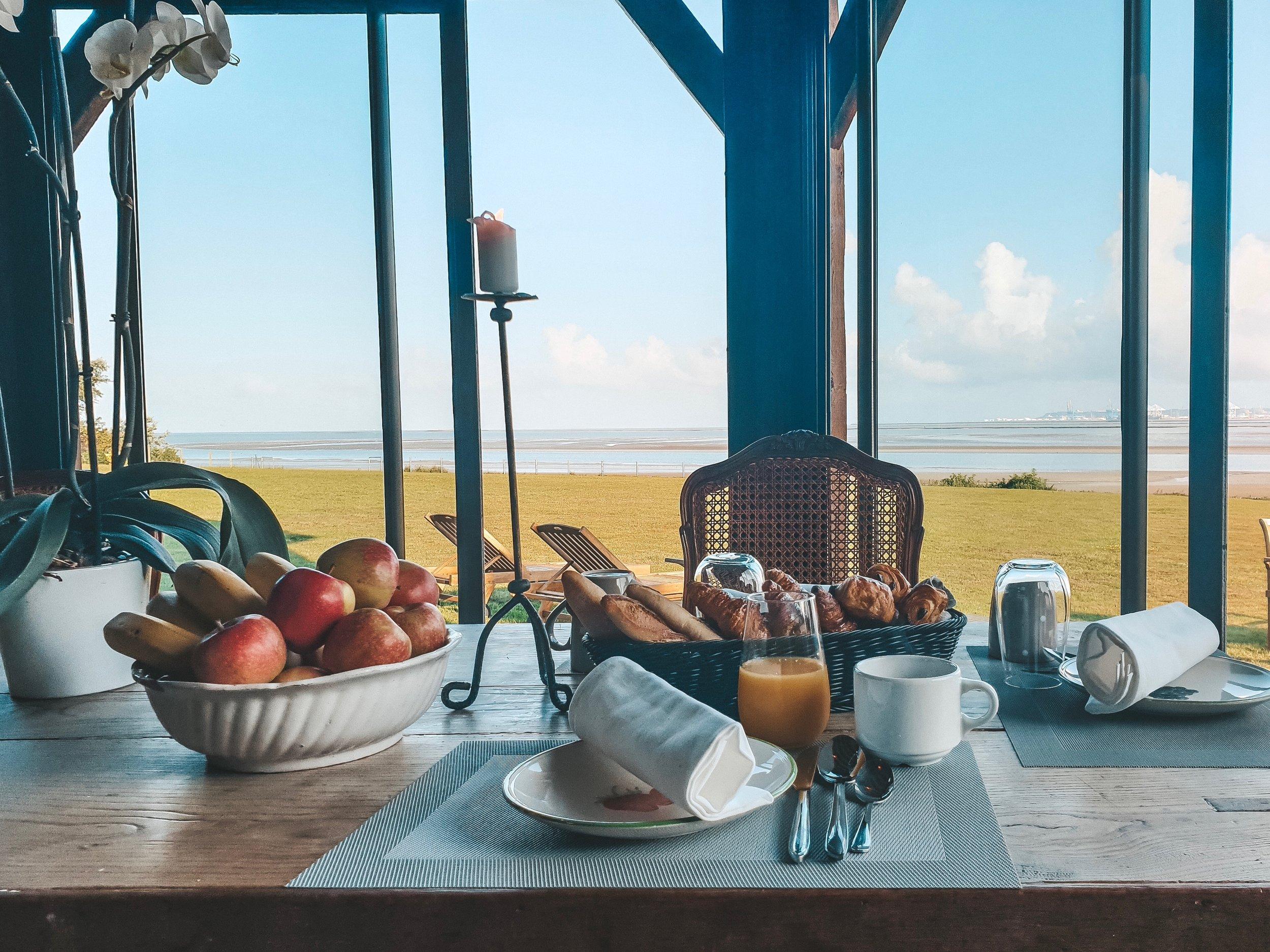 Petit déjeuner servi au salon face à la mer