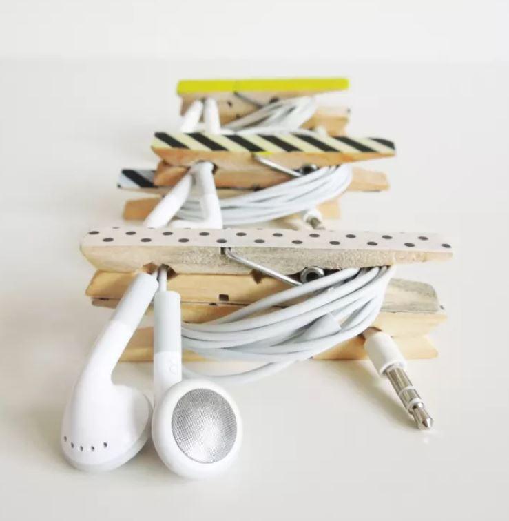 clothespin-earphones-organizer-upcycled-storage-hacks.jpg