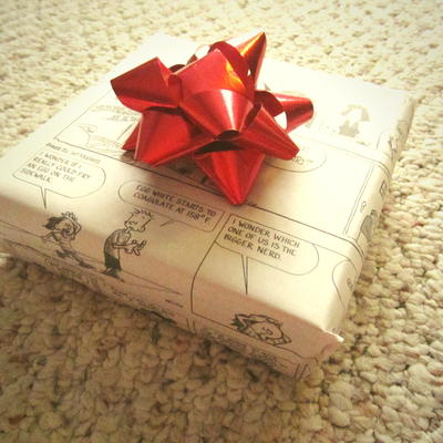 How-to-Wrap-a-Gift-with-Newspaper_Large400_ID-1781002.jpg