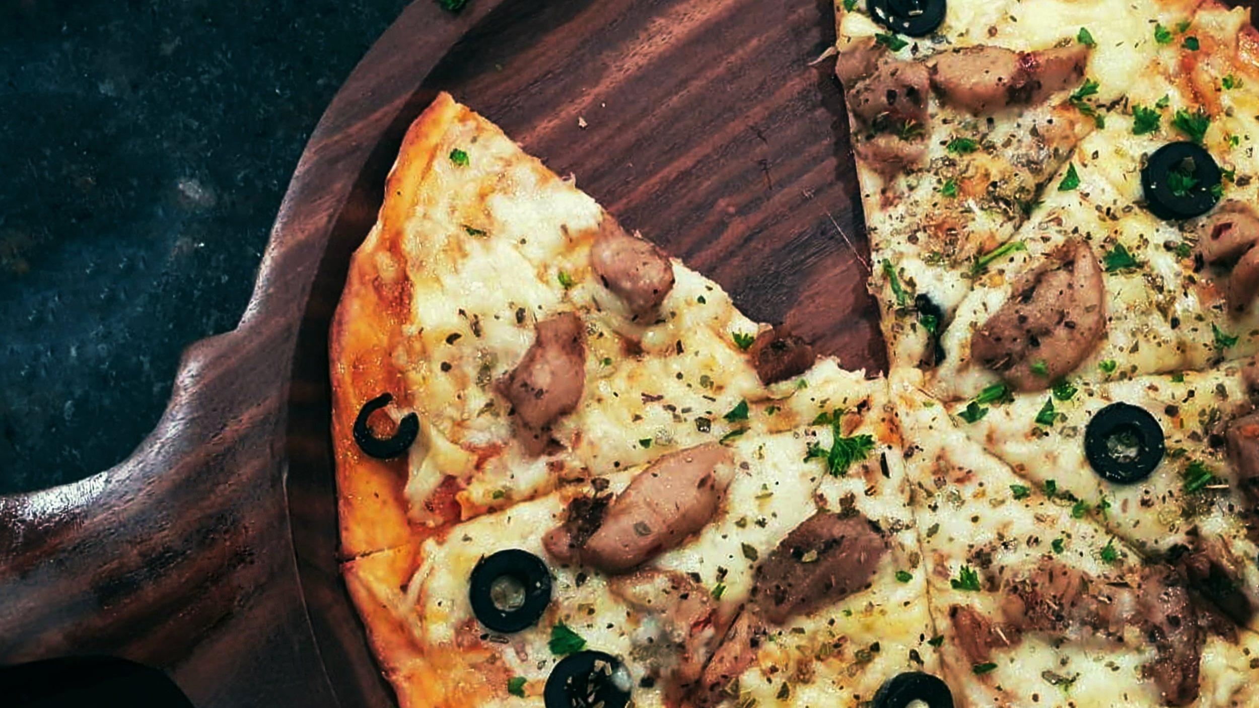 Ta med heim - Nå kan du ringe 57 62 32 00 og bestille vår populære pizza eller andre smårettar og ta med heim.Pizza er klar til avhenting hjå oss 20 minuttar etter bestilling.For bestilling ring 416 46 930