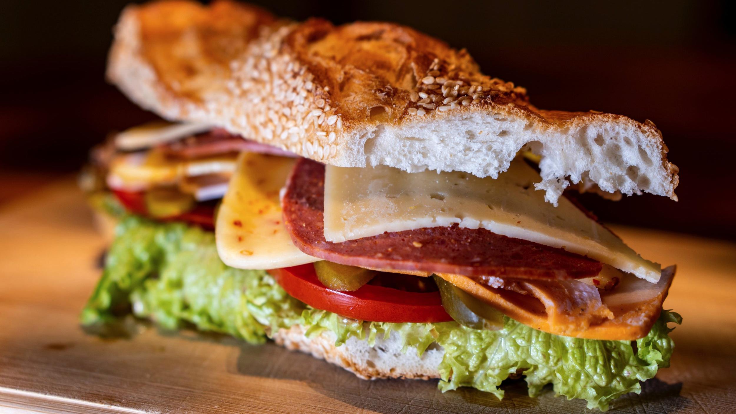 Lunchmat - Stikk innom Kafé Øyri for eit kjapt lunch-måltid eller ring 416 46 930 og bestill lunch til bedrifta di.Vi har kjøledisk og tilbyr baguettar, salatar og anna god lunch-matBESTILL LUNCHMAT