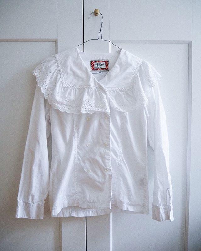 Lace up 🦄 den smukkeste hvide blondeskjorte er lige landet i shoppen! 199 kr. 💕