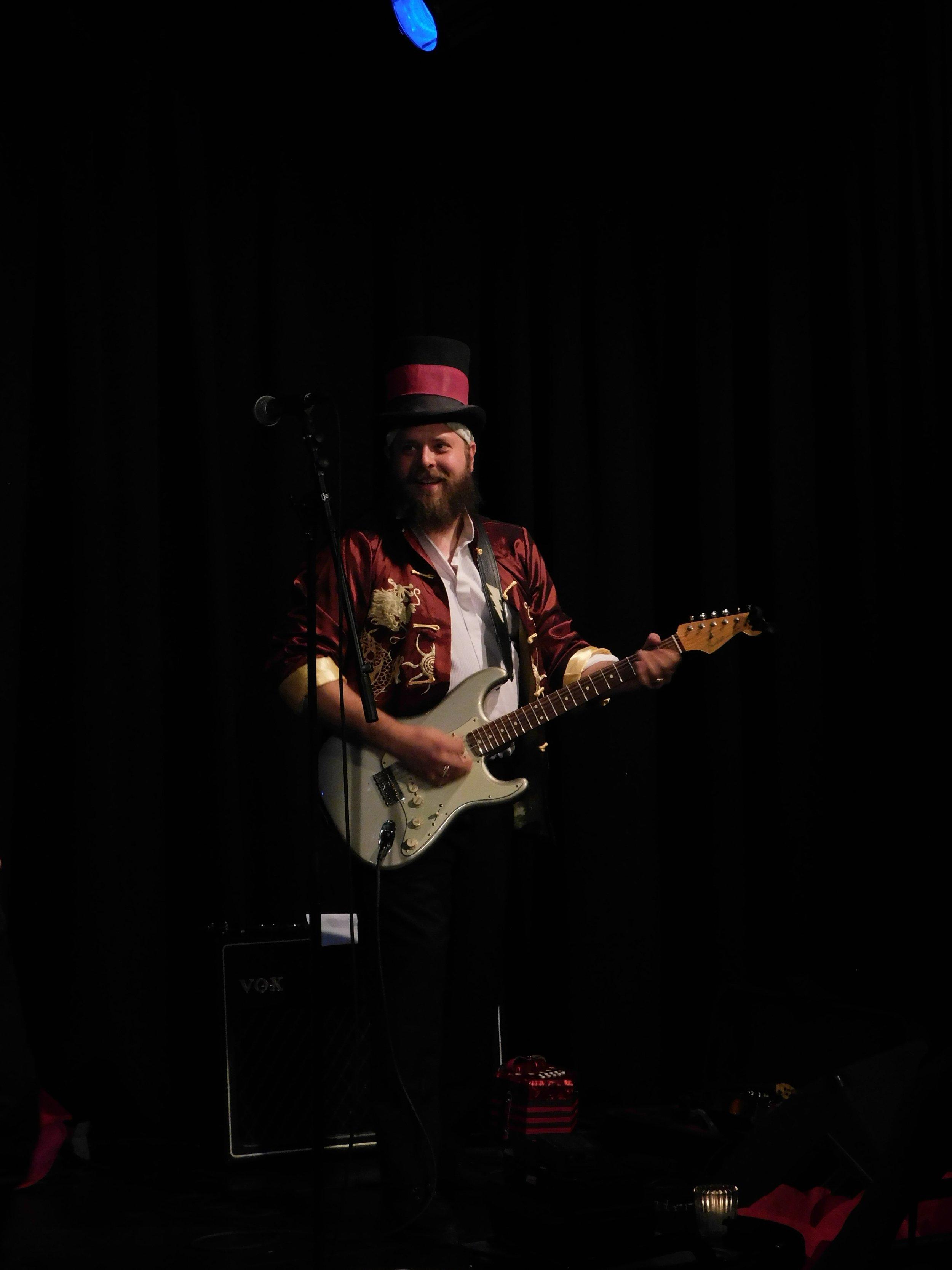 Mike Guitar BLB - by Éowyn.jpg