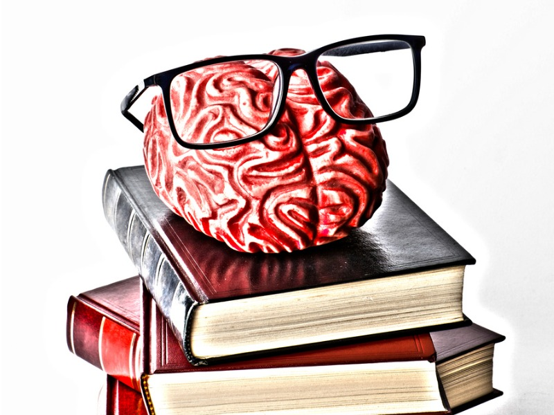 books-with-a-brain-and-eyeglasses-picture-id1166647869.jpg