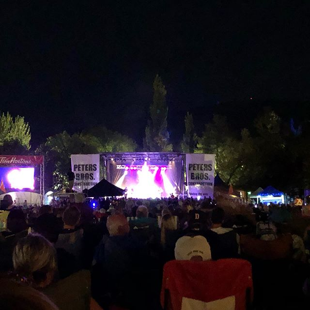 @emersondrive live at Peach Fest! @kailynvander and I pretending we are young again and staying up late 😂 #countrymusic #pentictonpeachfest