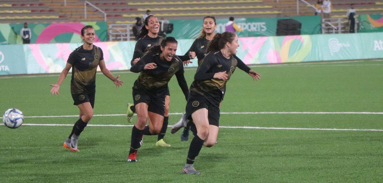 La selección costarricense de fútbol celebrando un gol, Panamericanos 2019. Foto de Columbia.