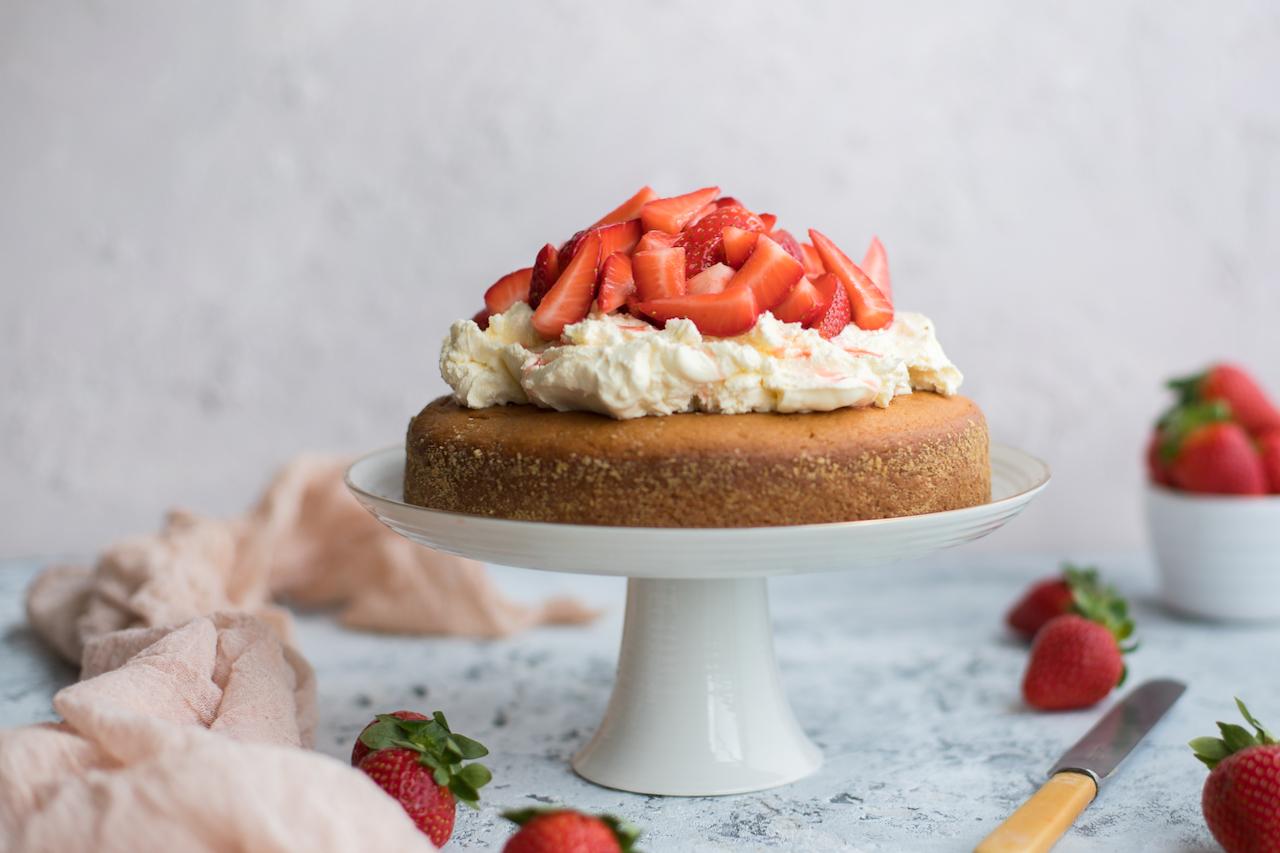 yoghurt_strawberry_cake-1.jpg