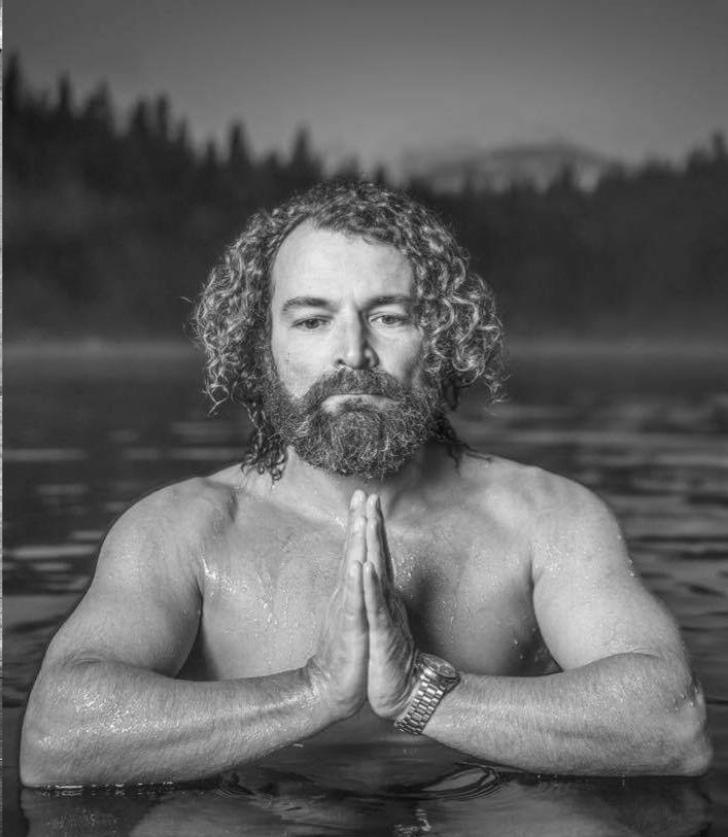 Clive - Clive Radda unterrichtet seit über 20 Jahren und hat damit die Yogaszene in der Schweiz mitgeprägt. Sein Stil ist körperlich fordernd und wird von allen Arten von Bewegungen beeinflusst. Wir kennen uns seit vielen Jahren und ich freue mich besonders, dass Clive zum Team von Cats and Cows gehört und seine Videos bald online zu sehen sind.Mehr über Clive erfährst du auf unserem Blog.yogazurich.com