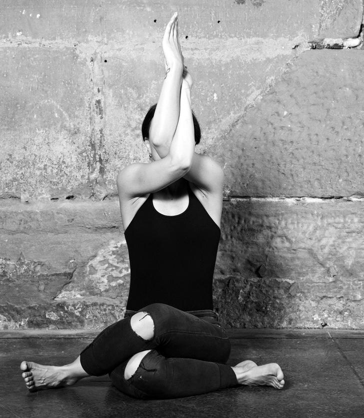 Vivianne - Vivianne Jespers ist Yogalehrerin und Geschäftsführerin des Yogastudios YogaCulture in Zürich-Oerlikon. 2001 fand die Bernerin zum Yoga. Mit ihrer sympathischen und ruhigen Art lehrt sie Anfängern und Fortgeschrittenen in jeder Stunde etwas Neues. Vivi gehört zum Team von Cats and Cows und hat bereits mehrere Yogasequenzen gedreht, die bald auf dieser Seite online sind.Mehr über Vivianne erfährst du auf unserem Blog.yogaculture.ch
